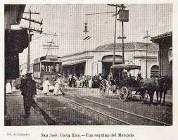 El Tranvía frente al Mercado Central.