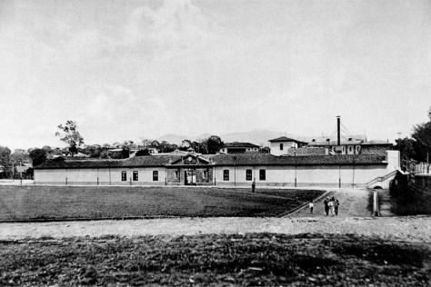 a-Plaza de la fabricadeLicores, actual parque España, al fondofachada del edificio.sinabi