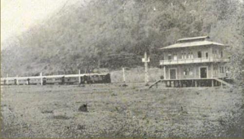 Tren viniendo de Puntarenas a San José haciendo parade en la estación de Caldera Notese que no existía la carretera de Caldera a Barranca
