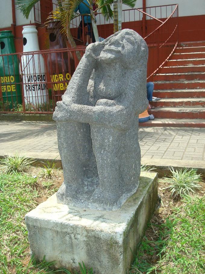 Estatua de piedra que repr. el pasado ingígena de Aserri y al cacique q dio el nombre al cantón