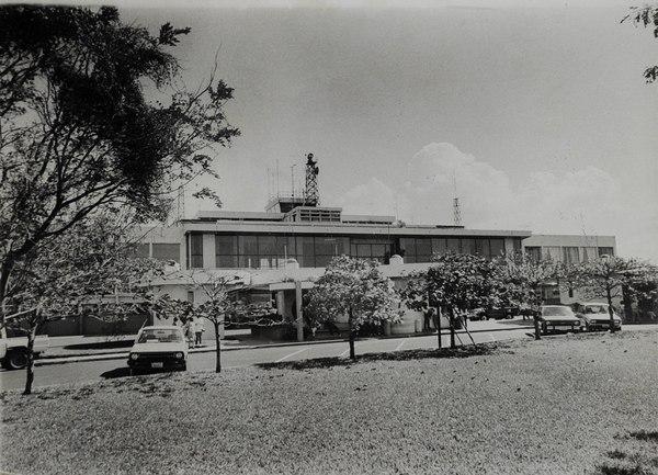 en 1988, la fachada principal del aeropuerto tenía un pequeño bulevar al frente