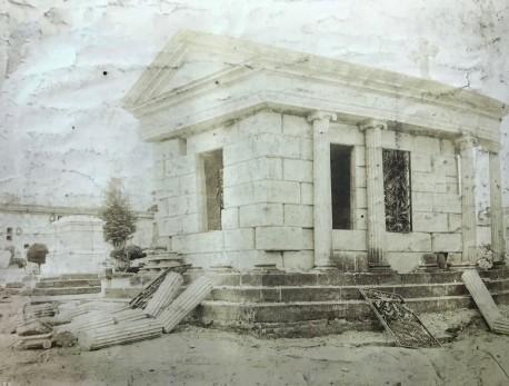 Mausuleo de la familia Peralta perdió sus emblemáticas columnas. H.N. Rudd, 1910