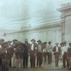 Miembros de la Cruz Roja de Cartago gargando los cuerpos inertes de las víctimas del terremoto. H.N.Rudd, 1910
