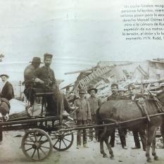 Coche fúnebre recoge a las personas fallecidas. A la derecha Manuel Gómez Miralles mira a la cámara de Rudd. H.N. Rudd, 1910