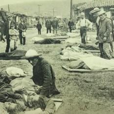 Antes de ser sepultados, muchos de los cuerpos eran llevados al patio del Cuartel para ser identificados. Rudd, 1910