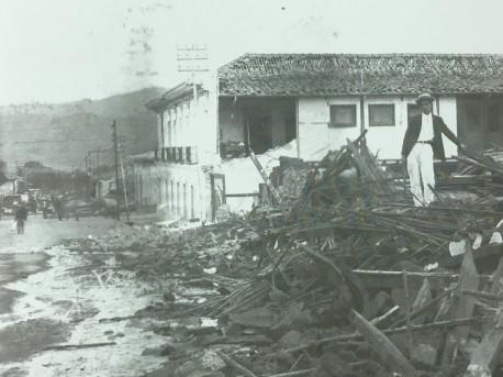 Costado norte de la Casa de la Ciudad, residencia de la familia Pirie. La pared posterior de la casa se ha cadído pero en general el edificio se encuentra en buenas condiciones. Rudd, 1910