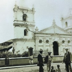 Antigua Basílica de Nuestra Señora de los Angeles después del terremoto. A la derecha Mr. Rudd conversa con dos adultos y dos niños de la localidad. La fotografia fue tomada posiblemente por su ayudante, Gómez Miralles. Siendo una de sus primeras fotografías. Rudd, 1910