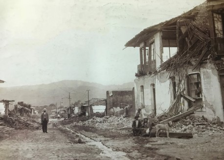 Se observa que al pasar de los días el alumbrado eléctrico ha sido parcialmente restablecido en la ciudad y el Hotel St. Charles que estaba en este sitio antes del terremoto, se está demoliendo. Rudd, 1910