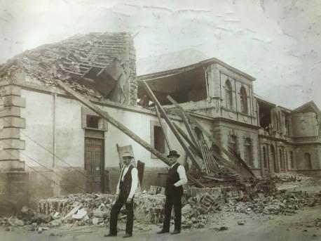 Dr. Alexander Pirie de cincuenta años de edad con su chofer, sobrevivientes del terremoto, frente a la Escuela de Párvulos que se situaba donde hoy en día está el Club Social de Cartago. Rudd, 1910