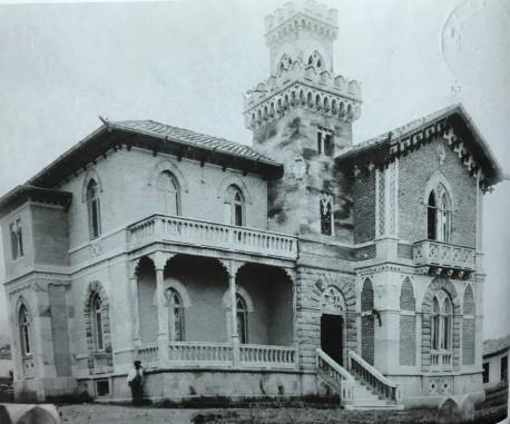 El chalet de la próspera familia Troyo, aledaño al Parque Jesús Jiménez, antes y despues del terremoto (siguiente fotografía). Rudd, 1910