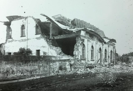 Costado de la Iglesia de El Carmen, situada al lado del Cuartel General queda totalmente destruida. Rudd, 1910