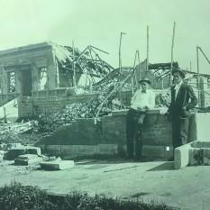 Excelente y clara fotografía del Palacio de Justicia C.A. y de su asistente Gómez Miralles. Se aprecia la acera de baldosas de piedra, que aún se conservan. Rudd, 1910