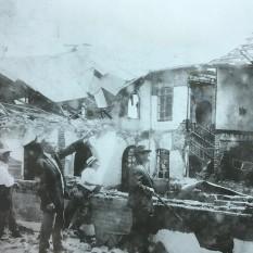El Presidente Cleto González Víquez, Manuel Gómez M y el Dr. Alex F. Pirie inspeccionan la magnitud de la catástrofe. En tres días don Cleto entregaría la banda presidencial a don Ricardo Jiménez Oreamuno. Rudd, 1910