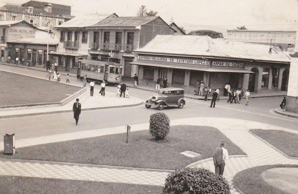 1930 Tranvía sobre Avenida Central. Foto tomada desde la Plazoleta Castro Madriz.
